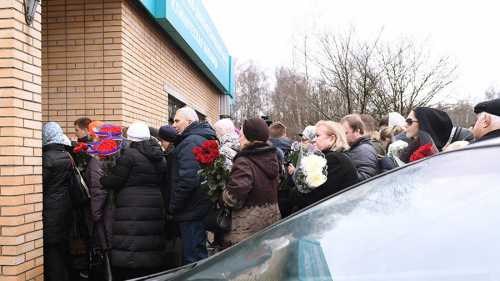 Поклонников пустили на закрытую церемонию прощания с Задорновым