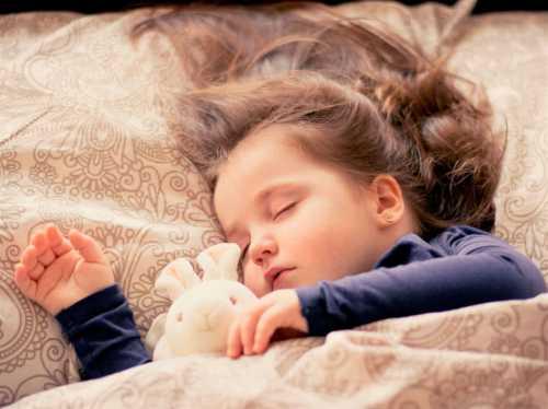 Ребенок плохо спит ночью или днем, просыпается с